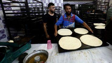 Des boulangers préparent du pain sucré dans la ville syrienne de Raqa, le 17 mai 2018, pendant le mois sacré du ramadan