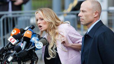 L'actrice de films X Stormy Daniels avec son avocat Michael Avenatti, parlant à la presse devant le tribunal newyorkais où elle a déposé sa plainte, en avril 2018