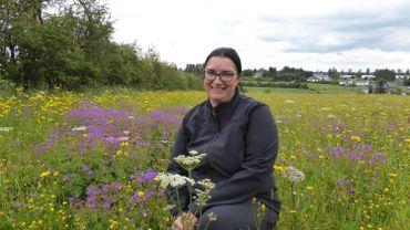 Christine Schleck dans sa belle prairie fleurie