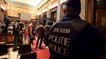 Un policier à l'entrée du procès.