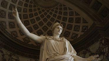 De 3,05 mètres de hauteur, représentant Athéna portant le casque et l'égide ornée de la tête de la Gorgone, elle fait face à la Vénus de Milo, chacune à une extrémité de la grande galerie des antiquités grecques et romaines.