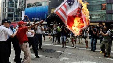 Un manifestant brûle un drapeau Etats-Unis/Japon, lors de protestations contre l'achat d'îles par le Japon, le 16 septembre 2012 à Hong Kong