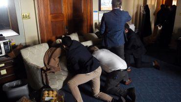 Les membres du personnel du Congrès se barricadent alors que les partisans de Trump ont fait irruption à l'intérieur du Capitole américain à Washington le 6 janvier 2021
