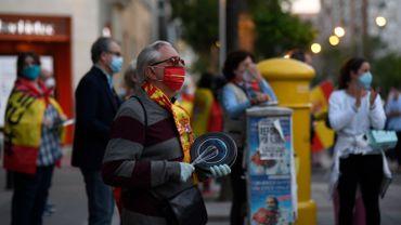 Malgré le confinement, les madrilènes sont descendus manifester pour demander la démission de Pedro Sanchez.