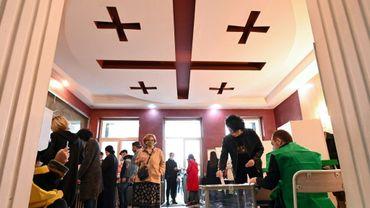 Des Géorgiens votent à Tbilissi le 31 octobre 2020 malgré la pandémie de coronavirus