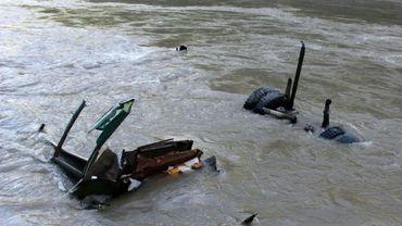 Photographie d'archive d'un bus tombé dans la rivière Trishuli au Népal, près de Mugling, à l'ouest de Katmandou, le 26 août 2016