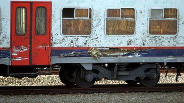 Un wagon endommagé lors de l'accident de trains