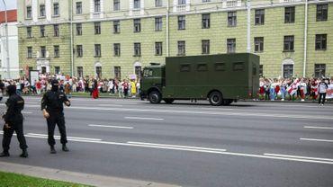 Dispositif policier dans une rue de Minsk pendant une manifestation de femmes, le 29 août 2020 à Minsk, au Bélarus