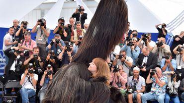"""Maren Ade rencontrant la presse à Cannes, avec la """"créature"""" de """"Toni Erdmann"""""""