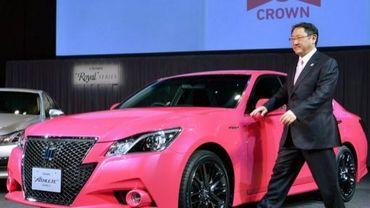 Le président de Toyota Akio Toyoda présente la dernière née du constructeur automobile japonais, la Crown, le 25 décembre 2012 à Tokyo