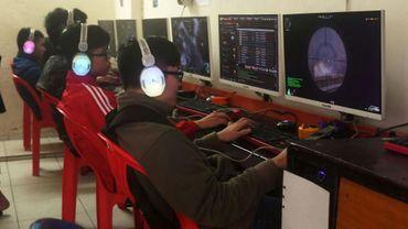 Des adolescents dans un centre internet public à Hanoï le 4 janvier 2018