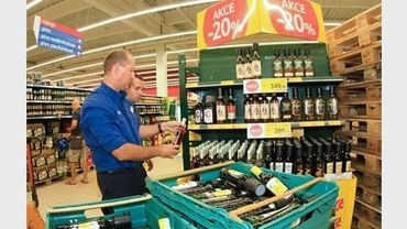 Un employé de supermarché retire des bouteilles d'alcool de la vente, le 14 septembre 2012 à Brno