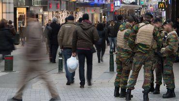 """Attentats de Paris: les militaires belges en rue """"ont les moyens de réagir adéquatement"""""""