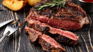 Steak parfait au beurre, gousse d'ail et branche de thym