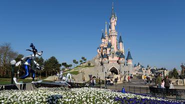 Disneyland Paris, première destination touristique privée en Europe, a officiellement rouvert ses portes au public mercredi avec des mesures d'hygiène renforcées.