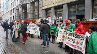 Vente symbolique de visas humanitaires devant le siège de la N-VA à Bruxelles