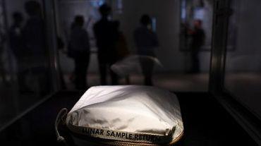 La pochette qu'utilisa Neil Armstrong pour ranger les premiers échantillons lunaires jamais ramassés par l'Homme sera mise aux enchères jeudi prochain à New York.