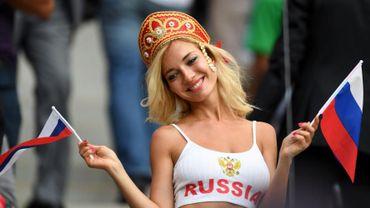 """Cette supportrice russe qui est beaucoup passée dans les médias est en fait une actrice pornographique qui cherche l'objectif. Mais la FIFA recommande d'éviter les gros plans """"sexy""""."""