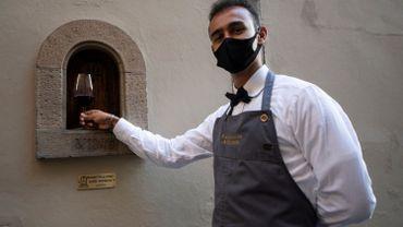 Ces fenêtres de distanciation pour servir du vin mais se protéger de la peste