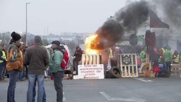 Des manifestants faisant un feu du côté de Gand