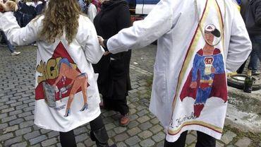 Lors du baptême, les garçons devaient se déguiser en filles, et les filles en garçons (illustration).