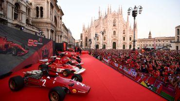 A Milan, la place du Dôme se pare de rouge pour fêter les 90 ans de Ferrari
