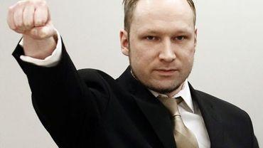 Anders Behring Breivik salue à son entrée au tribunal