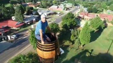 Dans un tonneau perché à 25 mètres du sol, Vernon Kruger veut battre un nouveau record