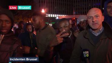 Le reporter a été interrompu par une bande de jeunes.