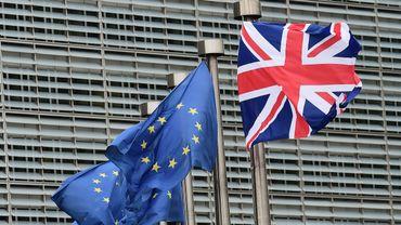 Des drapeaux européens et le drapeau britannique, dos à dos, devant un bâtiment des institutions européennes à Bruxelles