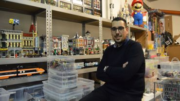 Antoine Rousman, dans son garage où se trouvent sa collection et son atelier de construction de Lego.