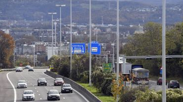 D'après l'étude de l'Institut belge pour la sécurité routière (IBSR), la circulation sur les autoroutes pourrait être plus fluide et plus sûre si la limitation de vitesse pouvait être adaptée à la baisse, à l'aide de panneaux dynamiques, en fonction de la densité du trafic.