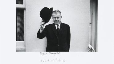 Duane Michals, Magritte Tipping Hat, 1965, Tirage gélatino-argentique. MRBAB, Bruxelles, inv. 12229.