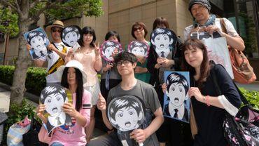 Des fans japonais de Paul McCartney rassemblés devant l'hôtel où il séjourne