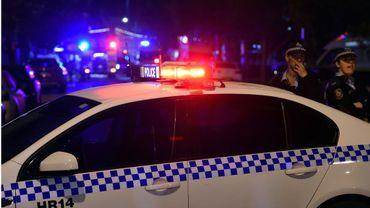 """Un homme """"inspiré"""" par l'organisation Etat islamique (EI) a été inculpé dimanche à Sydney pour une agression au couteau"""