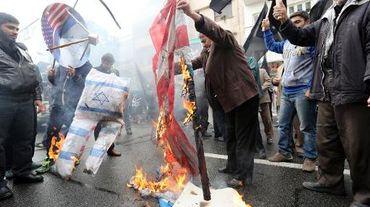 Des Iraniens brûlent des drapeaux israéliens devant l'ex-ambassade américaine à Téhéran, le 4 novembre 2014