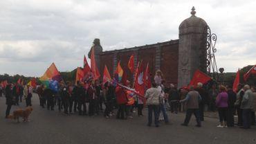 Les manifestants à l'entrée du cimetière des biens communaux.