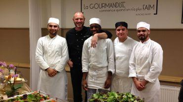 Le chef Gaëtan Colin entouré de quelques élèves de l'Athénée Royal de la Rive Gauche à Laeken
