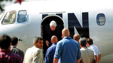 L'émissaire de l'ONU au Yémen, Martin Griffiths (C), à son arrivée à Sanaa, lors d'un précédent déplacement le 21 novembre 2018