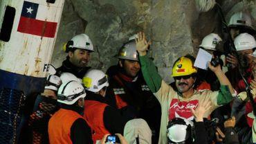 Le mineur chilien Juan Illanes fête son retour à la surface après avoir passé 70 jours coincé sous terre avec une trentaine d'autres mineurs, le 13 octobre 2010 à Copiapo
