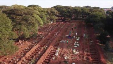 Tombes creusées dans un cimetière de Sao Paulo, le plus grand d'Amérique latine
