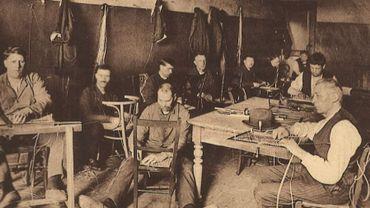 Un atelier de réfection de chaises comparable à celui créé par La Lumière à Liège il y a 100 ans