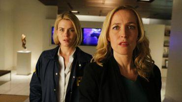 """Gillian Anderson (à droite) et Rachael Taylor se donnent la réplique dans """"Crisis"""", nouvelle série de NBC"""