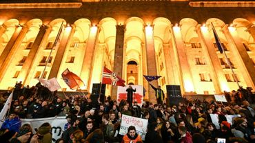 Des manifestants réunis devant le Parlement géorgien à Tbilissi lundi 25 novembre 2019 pour réclamer la démission du gouvernement et des élections anticipées
