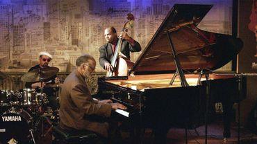 Idris Muhammad, à gauche, en concert avec le pianiste américain Ahmad Jamal en 2004