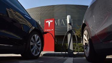 Un véhicule électrique comme une Tesla coûte cher. Mais les prix pourraient baisser dans les prochaines années.