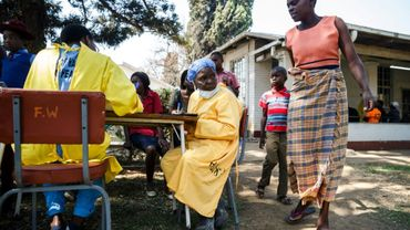 Une infirmière traite des malades du choléra à Harare le 11 septembre 2018