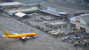 La plainte vise notamment un avion-cargo de la compagnie DHL qui vole de nuit, sans respecter les normes de bruit en vigueur (illustration).