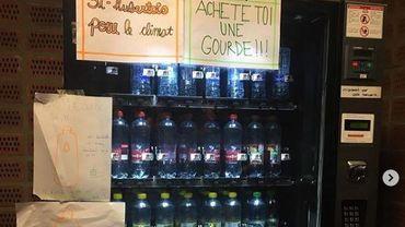 """""""Achète-toi une gourde"""": interdits de manif, des élèves débranchent le distributeur à boissons"""