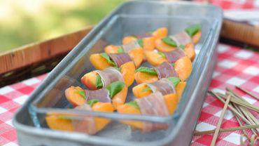Bouchées d'abricots au jambon cru et basilic